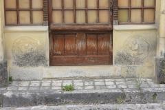 chateauneuf_bas_relief_de_porte_le_huchier_1